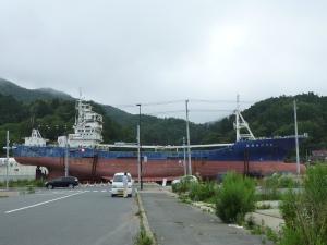 住宅地に乗り上げたままの漁船
