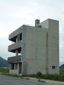 屋上に「ここまで津波が来た」という表示があるビル