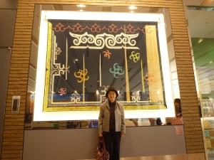 札幌駅のタペストリー「村で遊ぶ子どもたち」