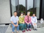 初めて会った時の田中さん夫妻(左の2人)