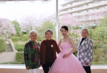 桜満開。ならぶは、上田から駆けつけた杉山さんと青島さん。ワタシはうば桜を通り越して「散りはて桜」?