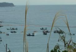 ちいさなカヌーを押しつぶさんばかりの会場保安庁側の高速ゴムボート群